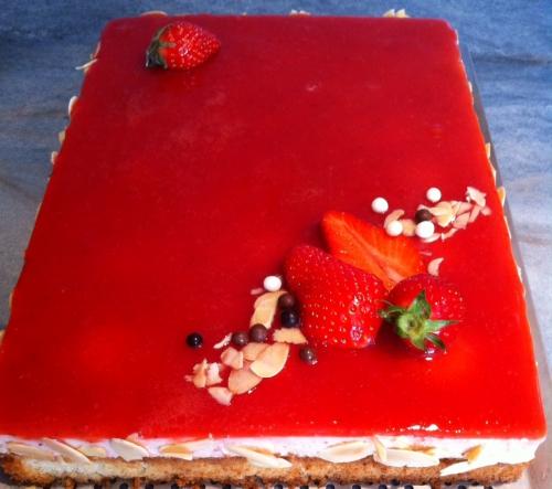 anniversaire, gâteau, entremets, financier, fraise, fraises, bavarois fraise, coulis, purée, amandes effilées