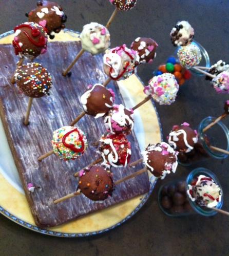 barbie,gâteau d'anniversaire,enfant,petite fille,gâteau au yaourt,gâteau marbré,pâte à sucre,robe,pop cake,cake pop