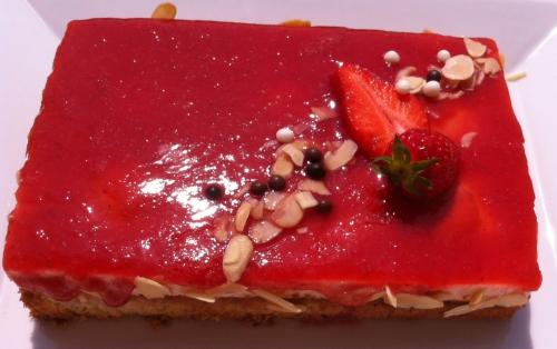 anniversaire,gâteau,entremets,financier,fraise,fraises,bavarois fraise,coulis,purée,amandes effilées